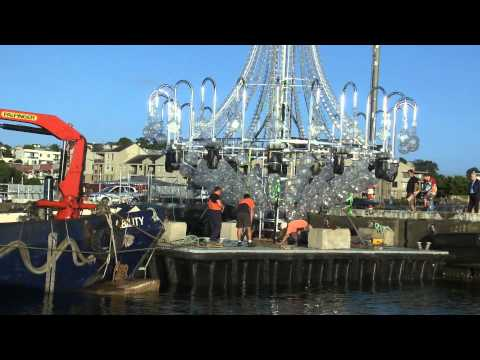 Австралия - Giant chandelier being transported for Handa Opera on Sydney Harbour: La Traviata
